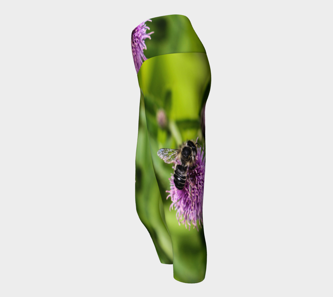 Aperçu de A Bee on a Purple Flower Yoga Capris #2