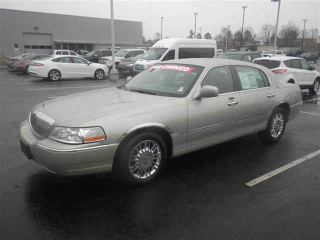 Photo 2009 Lincoln Town Car SIGNATURE