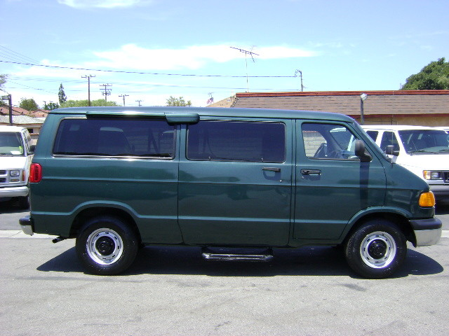 Photo Used 2000 Dodge Ram Wagon 2500
