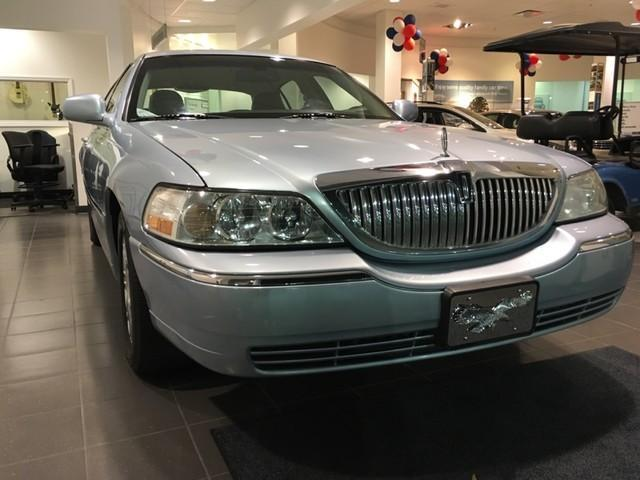 Photo Used 2009 Lincoln Town Car Signature Limited