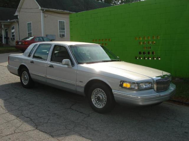 Photo Used 1996 Lincoln Town Car Executive