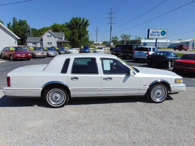 Photo Used 1996 Lincoln Town Car Signature