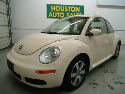 Photo 1 OWNER CARFAX CERTIFIED 2006 VW Beetle 2.5L Leather