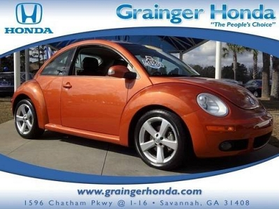 Photo 2010 Volkswagen New Beetle Coupe 2dr Car 2dr Red Rock Edition