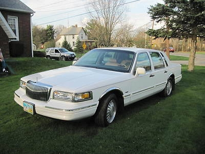 Photo 1996 Lincoln Continental Town Car-Loaded-Very Nice Condition