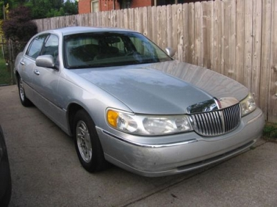 Photo 1999 Lincoln Towncar Signature Series - Silver 69,300 miles