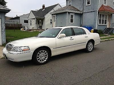 Photo 2007 White Lincoln Town Car Signature Limited Sedan 4-Door 4.6L