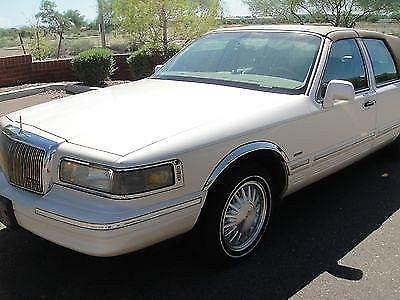Photo 1996 Lincoln Town Car Signature Sedan 4-Door 4.6L