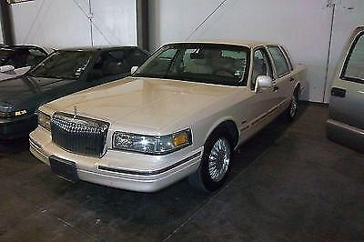 Photo 1995 LINCOLN TOWNCAR CARTIER FOUR DOOR 4.6 AUTO PARTS RUNNING