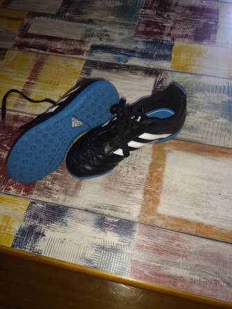 Photo Adidas youth indoor soccer cleats - $8 (North Catasauqua)