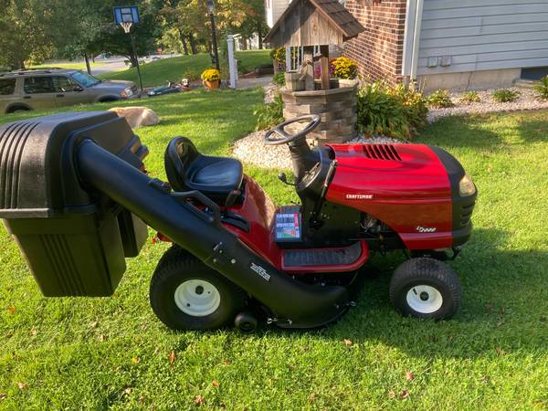 Photo CRAFTSMAN LT2000 LAWN TRACTOR - AUTOMATIC - BAGGER - $600 (PALMERTON)