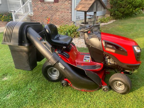 Photo CRAFTSMAN YT3000 LAWN TRACTOR - AUTOMATIC - BAGGER - $650 (PALMERTON)