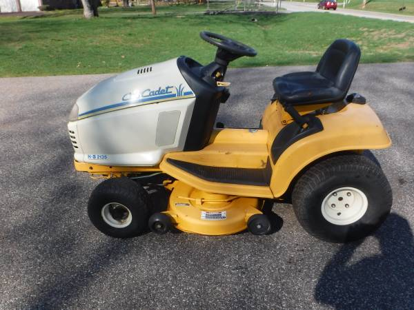 Photo CUB CADET 2135 LAWN TRACTOR 13 HP 383939 CUT HYDRO - $275 (Lansdale)