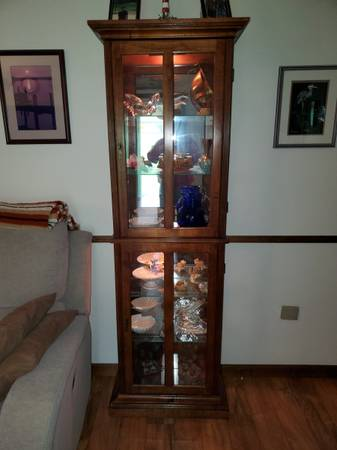 Photo CURIO CABINET LIGHTED W GLASS SHELVES  QUALITY SOLID WOOD  BEAUTIFL - $199 (Schnecksville)