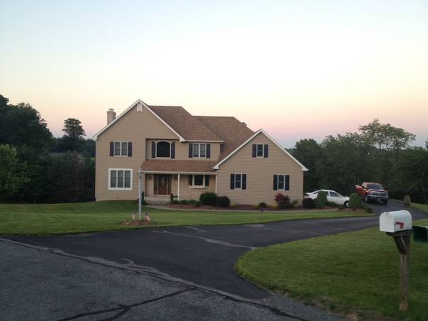 Photo House For Sale - 4 Bedroom, 2 12 bath 2,500sf (Fogelsville, PA)