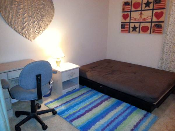 Photo Looking for female room mate (Easton)