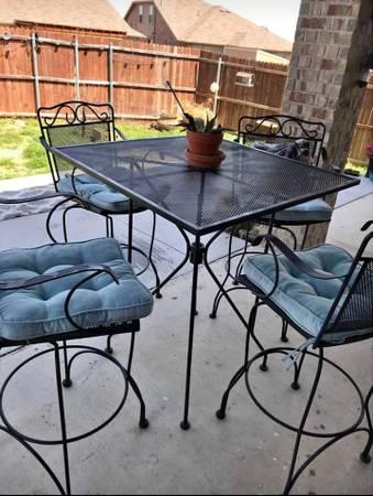 Photo Bar height patio table with 4 swivel bar stools - $300 (Amarillo)