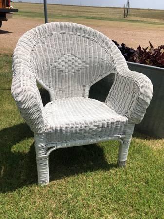 Photo White wicker chair - $40 (Wildorado)