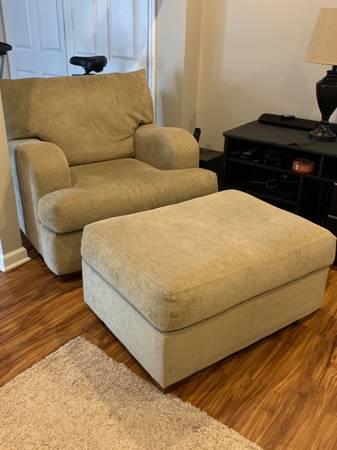 Photo Chair with Ottoman - $150 (Chardon)