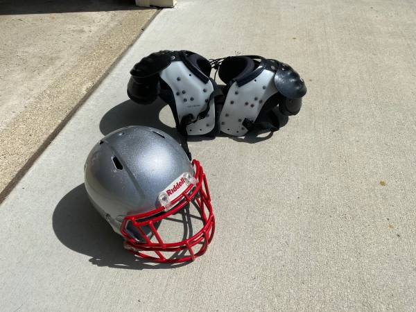 Photo Riddell Victor Helmet Football Bike Shoulder Pads - $50 (Stow)