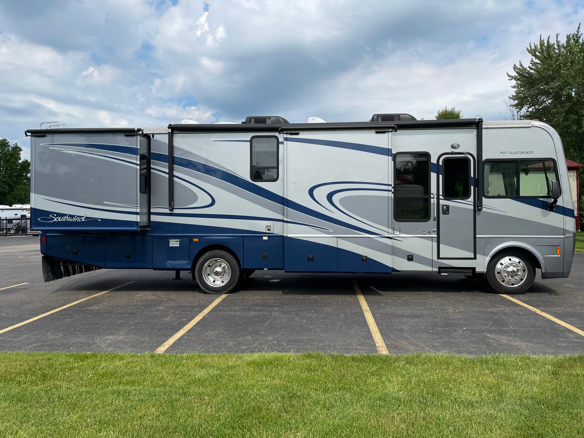 Photo Used 2007 Fleetwood Class A RV  $55900