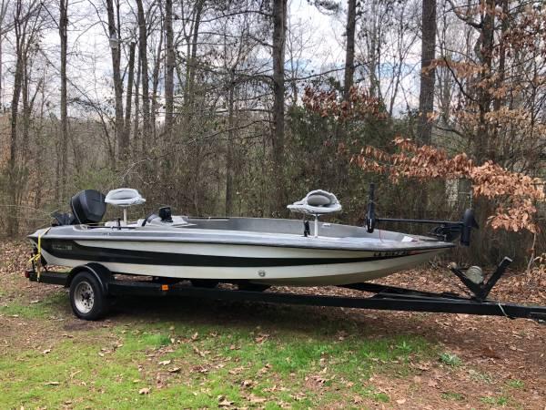Photo 18ft Stratus bass boat - $2500 (Monroe)