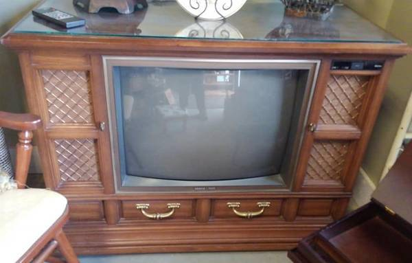 Photo Antique Console Color TV by Zenith, Works Great with Cable, Has Remote - $120 (Loganville)
