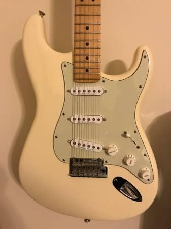 Photo Fender American Standard Stratocaster - $950