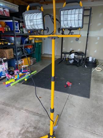 Photo Utilitech 1000 watt Halogen stand work light - $20 (Blacklick)