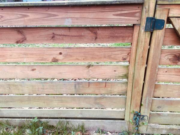 Photo Wood Fencing - FREE - NEEDS REMOVAL (Athens)
