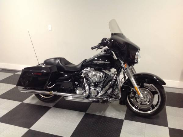 Photo 2012 Harley Davidson Street GlideLIKE NEW - $11,900 (Chattanooga)