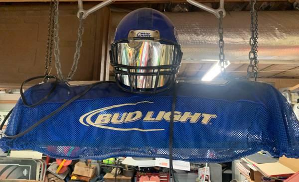 Photo Bud Light Football Player Pool Table Light - $200 (Woodstock)