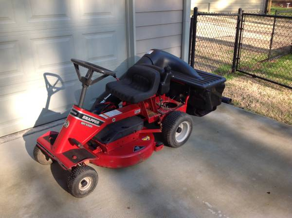 Photo RIDING LAWN MOWER - SNAPPER - $225 (WINDER)
