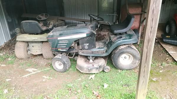 Photo Riding Lawn Mower 42quot Cut - $250 (Cumming)