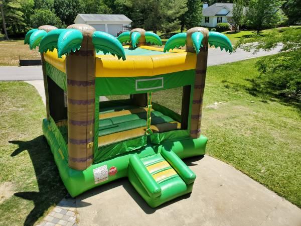 Photo Bounce house rental - $115 (Aiken)