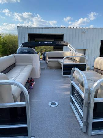 Photo 2017 Sun Tracker 22ft party barge - $25,000 (Taylor)