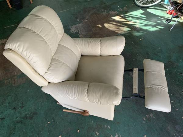 Photo Classic Barcalounger - Leather - $75 (Austin)
