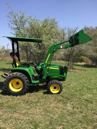 Photo John Deere 3025 4X4 Tractor - $15,400 (Lockhart)