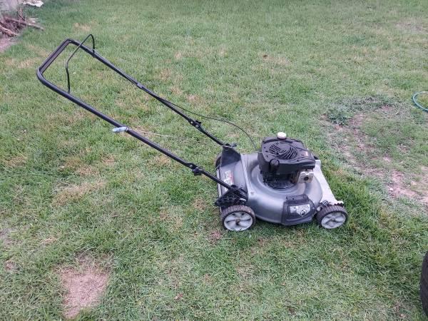 Photo Older Lawn Mower 5HP Runs Great  - $75 (Cedar Park)