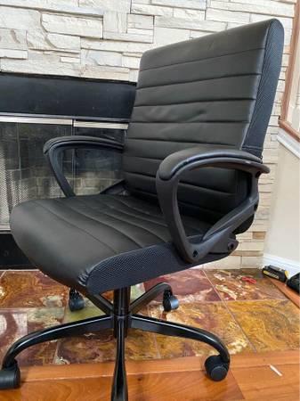Photo SMUGDESK Ergonomic Office Chair PU Leather Desk Executive Adjustable T - $80 (Austin)