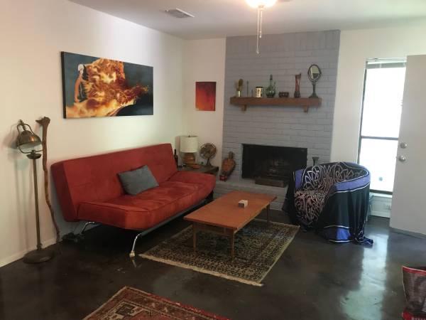 Photo Seeking roommate in 22 duplex available 912 (Austin)