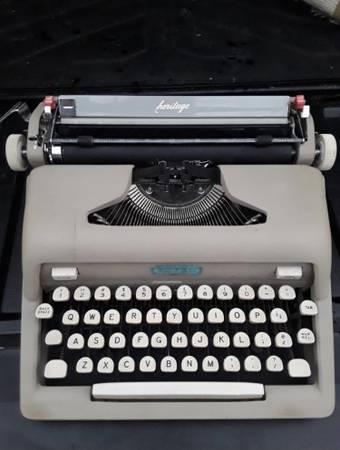 Photo Vintage Royal Heritage typewriter - $80 (Kyle)