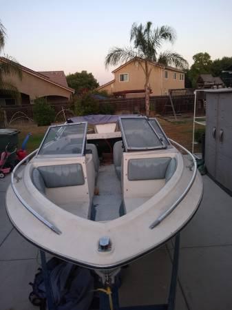 Photo Crestliner 15 foot fiberglass boat - $1,400 (Visalia)
