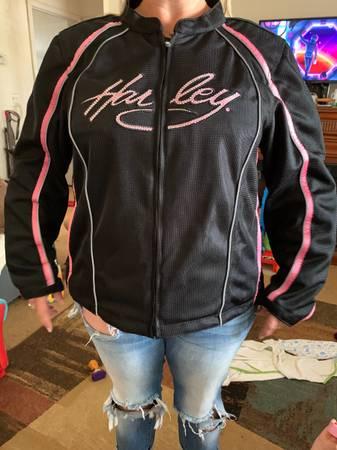 Photo Harley Davidson Womens Jacket and Helmet - $100 (Bakersfield)