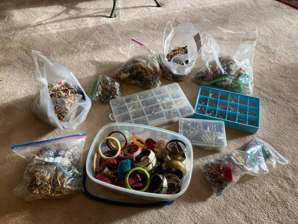 Photo LARGE COLLECTION OF VINTAGE COSTUME JEWELRY - $30 (Pikesville)