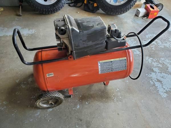 Photo Craftsman 30 gallon air compressor - $125 (Battle Creek)