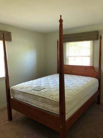 Photo QUEEN PENCIL POST BED - $325 (BATTLE CREEK (LAKEVIEW))