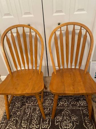 Photo Windsor-Style Solid Oak Dining Chairs - $40 (Battle Creek)