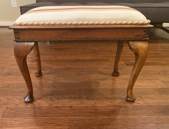 Photo Antique Queen Anne Upholstered Vanity Piano Bench - $60 (610 and I10 West)