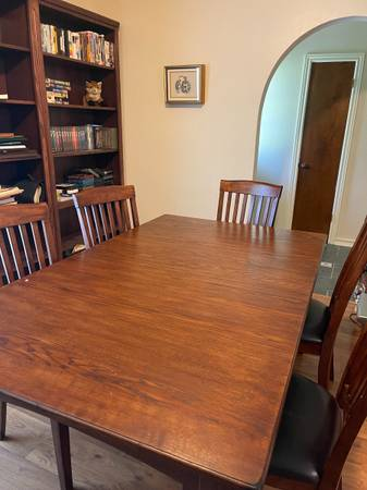 Photo Solid Oak Dining Table - $400 (Beaumont)